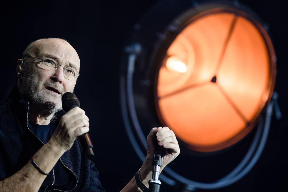 """Phil Collins padece problemas de salud y admite que """"apenas puede sostener"""" las baquetas. Phil Collins, de 70 años, admitió que es """"muy frustrante"""" tener problemas físicos porque le gustaría tocar música con su hijo."""