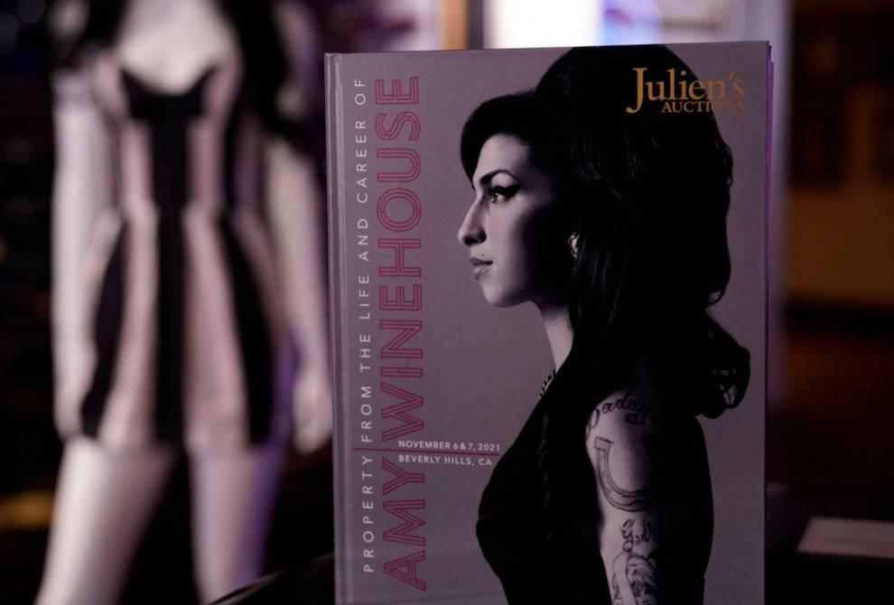 Ropa y Objetos De Amy Winehouse Salen a Subasta Por 2 Millones De Usd. Libros, discos, bolsos y objetos que pertenecieron a la cantante británica, desparecida hace diez años, saldrán a la venta en California en noviembre.